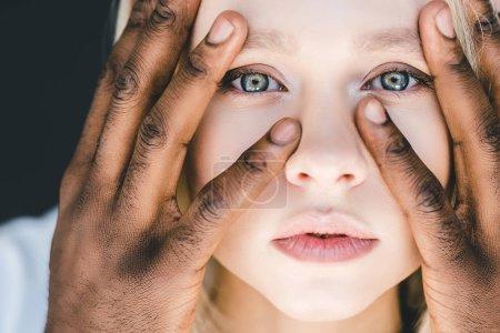 Photo pour Headshot de afro-américain copain toucher blonde copine visage isolé sur noir - image libre de droit