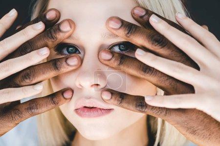 Photo pour Image recadrée de copain afro-américain touchant jolie petite amie blonde visage isolé sur noir - image libre de droit