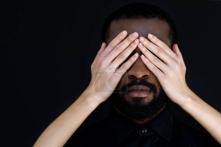 Photo pour Image recadrée de petite amie fermer les yeux du petit ami afro-américain isolé sur noir - image libre de droit