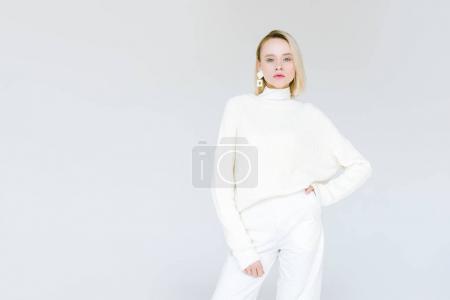 Foto de Hermosa mujer rubia de moda en ropa blanca mirando la cámara aislada en blanco - Imagen libre de derechos