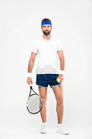 Photo pour Joueuse de tennis dans des lunettes de soleil rétro tenant la raquette et la balle, isolé sur blanc - image libre de droit