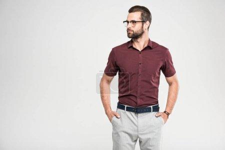 Photo pour Bel homme sérieux posant dans la fermeture occasionnelle et des lunettes, isolé sur gris - image libre de droit