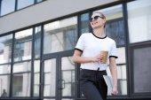 """Постер, картина, фотообои """"красивые улыбающиеся блондинка с кофе, чтобы пойти и ноутбук пешеходного и глядя на улице"""""""