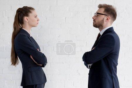 Photo pour Entrepreneurs sérieux avec les bras croisés en regardant l'autre - image libre de droit