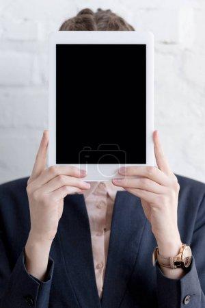 Photo pour Femme d'affaires en costume tenant une tablette numérique avec espace copie - image libre de droit