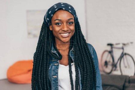 Photo pour Portrait de jeune femme afro-américaine souriante - image libre de droit