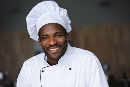 Photo pour Portrait du beau chef afro-américain regardant la caméra à la cuisine du restaurant - image libre de droit