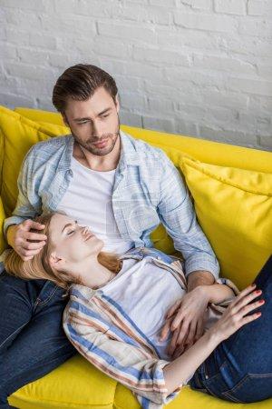 jeune femme attirante avec des yeux fermés, couché sur les genoux de copain