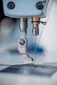 primer tiro de la aguja y el hilo de máquina de coser moderna