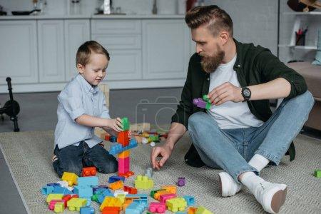 Foto de Jugar con bloques de colores juntos en casa de familia - Imagen libre de derechos