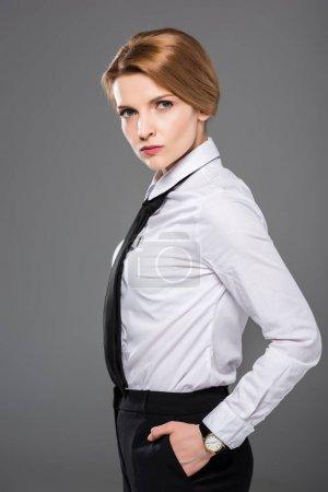 Photo pour Femme d'affaires grave en chemise blanche et cravate, isolé sur fond gris - image libre de droit