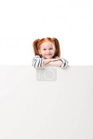 Photo pour Adorable petite fille heureuse posant avec bannière vierge isolé sur blanc - image libre de droit