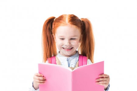 Photo pour Adorable écolière souriante lisant le manuel isolé sur blanc - image libre de droit