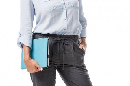 Photo pour Vue partielle de la femme d'affaires en tenant la tablette à la main vêtements isolé sur blanc - image libre de droit