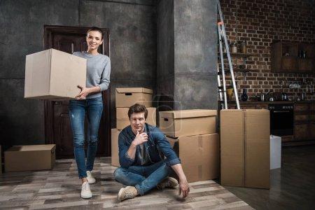 Paar zieht in neue Wohnung