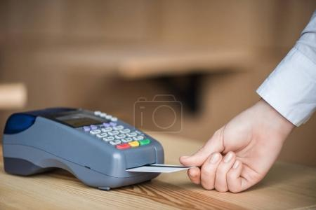 Photo pour Plan recadré de la femme mettant la carte de crédit dans edc machine - image libre de droit