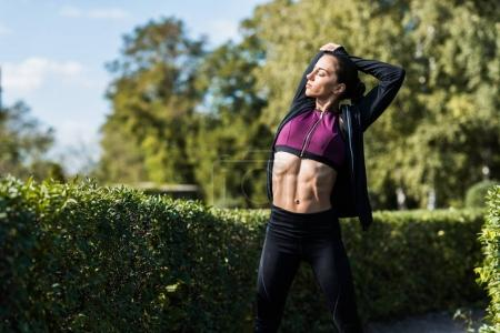 femme étirement avant l'entraînement