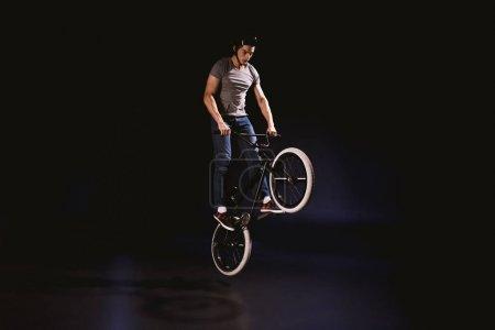 BMX cycliste effectuant cascade