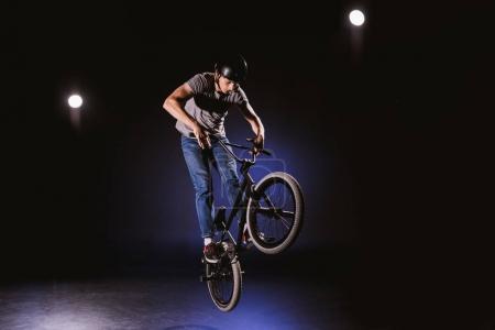 Radler führt Stunt auf