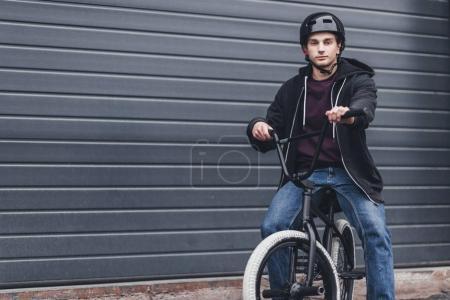 Junge Radfahrerin