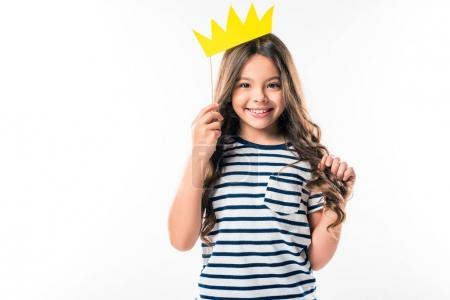 Photo pour Enfant femelle debout avec couronne en papier sur bâton isolé sur blanc - image libre de droit