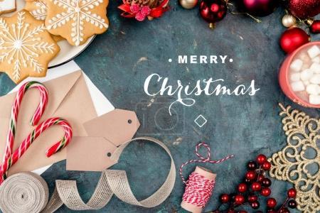 """Photo pour Vue du haut des biscuits de Noël, des cannes à bonbons, des boissons aux guimauves et des décorations festives avec lettrage """"Joyeux Noël"""" - image libre de droit"""
