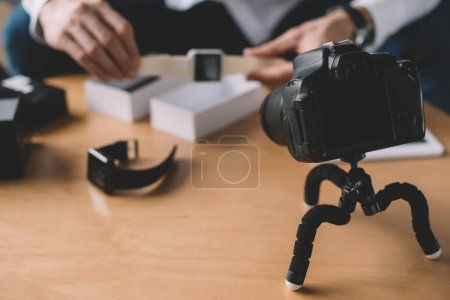 Photo pour Cropped image du blogueur tech holding nouvelle smart montre devant la caméra - image libre de droit