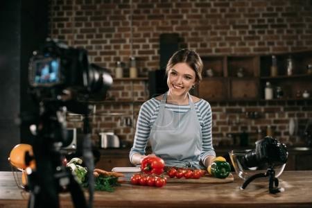Photo pour Nourriture jeune blogueur, souriant à la caméra - image libre de droit