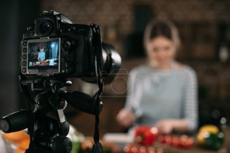 Foto de Blogger de alimentos preparación de alimentos en cocina - Imagen libre de derechos