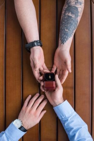 image recadrée de copain propose petite amie et bague de mariage de retenue
