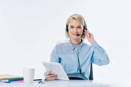 Foto de Retrato de joven llamada operador de auricular con tableta en el lugar de trabajo - Imagen libre de derechos