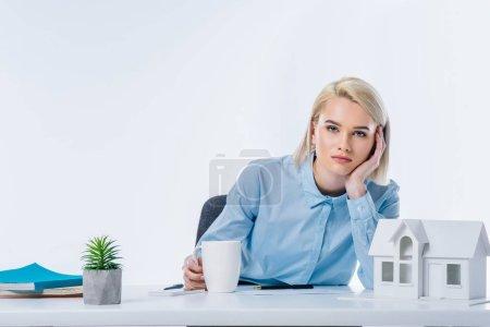 Photo pour Portrait de l'agent immobilier fatigué sur lieu de travail - image libre de droit