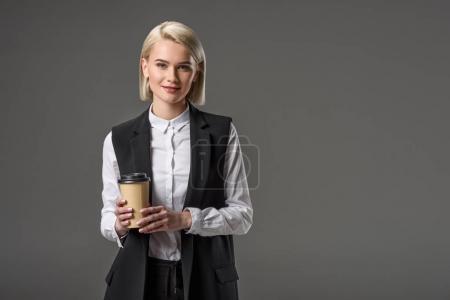Photo pour Portrait de belle femme élégante avec café pour aller isolé sur gris - image libre de droit