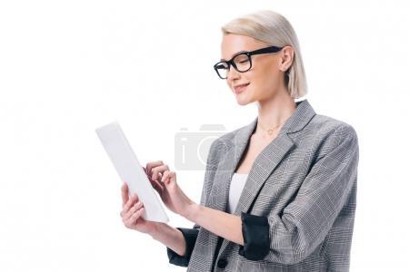 Photo pour Séduisante femme d'affaires élégant en vêtements à l'aide de tablette numérique, isolé sur blanc - image libre de droit