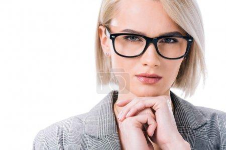 Photo pour Femme d'affaires blonde réfléchie dans les lunettes, isolé sur blanc - image libre de droit