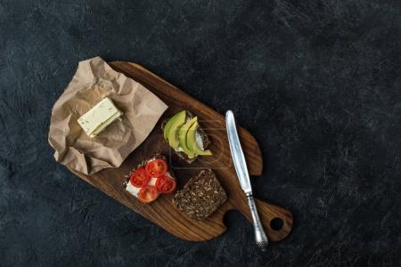 Photo pour Lay plat avec amuse-bouches pour petit déjeuner sain sur planche à découper en bois sur table sombre - image libre de droit