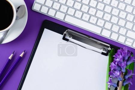 Photo pour Vue du dessus de l'espace de travail avec presse-papiers vierge et clavier d'ordinateur - image libre de droit
