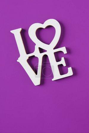 Photo pour Vue du dessus du mot amour isolé sur violet, concept de Saint-Valentin - image libre de droit