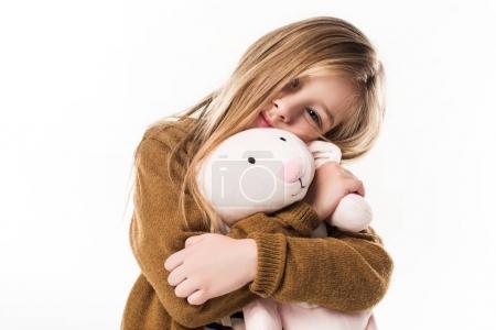 Photo pour Beau petit enfant embrassant avec peluche lapin isolé sur blanc - image libre de droit