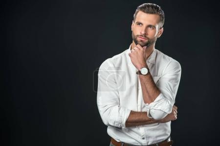 Photo pour Bel homme d'affaires réfléchi en chemise blanche, isolé sur noir - image libre de droit