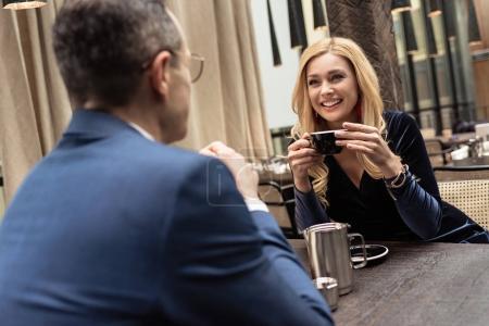 Photo pour Beau couple adulte sur la date au café - image libre de droit