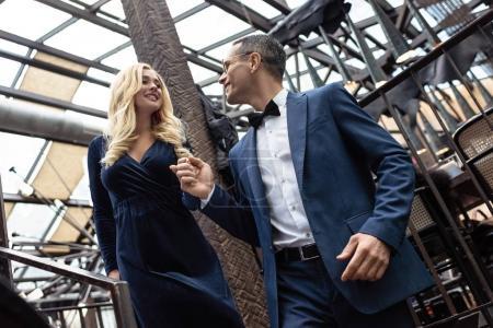Photo pour Beau couple adulte dans des vêtements élégants - image libre de droit