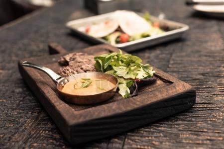 Photo pour Cuisine restaurant gastronomique sur table rustique en bois - image libre de droit