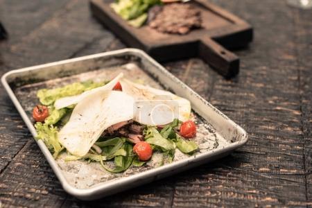 Photo pour Restaurant délicieux plats sur la table rustique en bois - image libre de droit