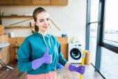 """Постер, картина, фотообои """"улыбается молодой женщины уборка дома с СС и показывает палец вверх"""""""