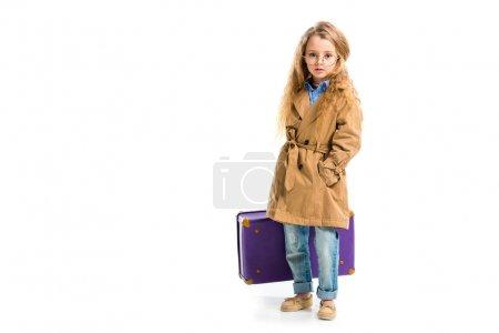 Photo pour Kid dans des verres portant Trench-Coat beige et valise holding isolé sur blanc - image libre de droit