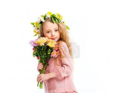 Photo pour Portrait d'enfant portant une bande de couronne et tenant un bouquet de fleurs isolées sur blanc - image libre de droit