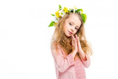 Photo pour Petit enfant tenant des largeurs de main ensemble et portant une bande de couronne de fleurs isolées sur blanc - image libre de droit