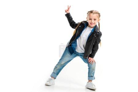 Photo pour Sourire d'enfant élégant gilet en cuir noir et gesticulant signe de paix isolé sur blanc - image libre de droit