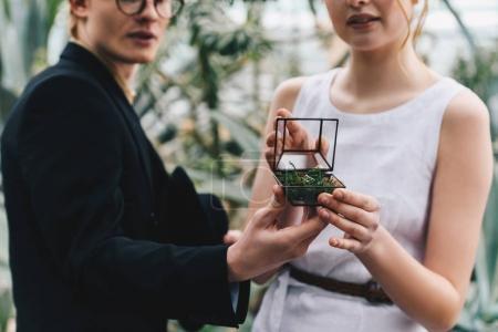 Foto de Recortar foto de pareja joven con estilo caja de joyería con anillo de compromiso - Imagen libre de derechos